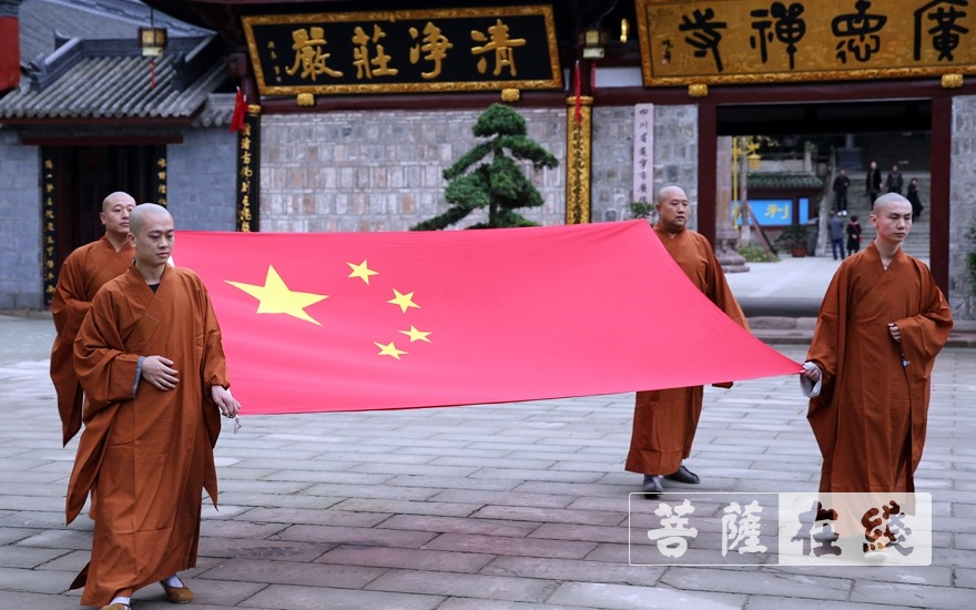 升国旗仪式(图片来源:菩萨在线 摄影:李蕴雨)