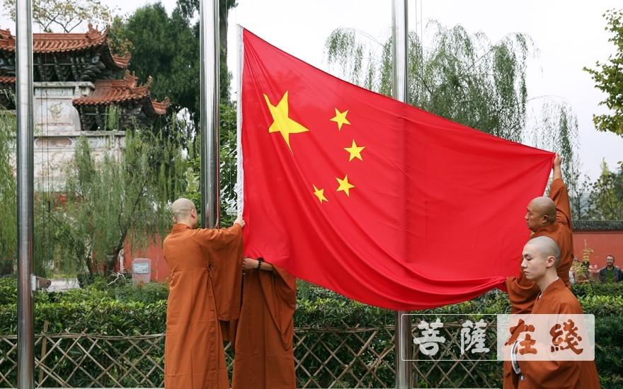 升旗(图片来源:菩萨在线 摄影:李蕴雨)