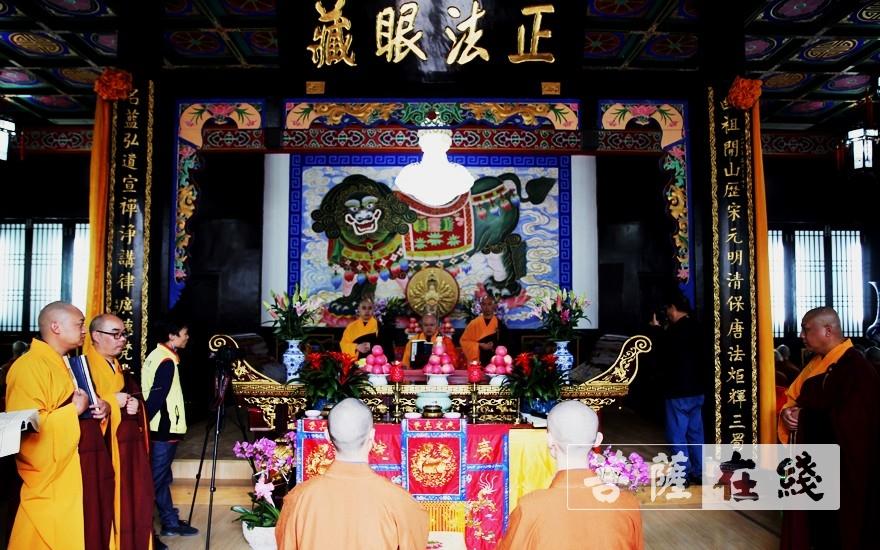 知客师带众新戒拜见方丈普正大和尚(图片来源:菩萨在线 摄影:李蕴雨)