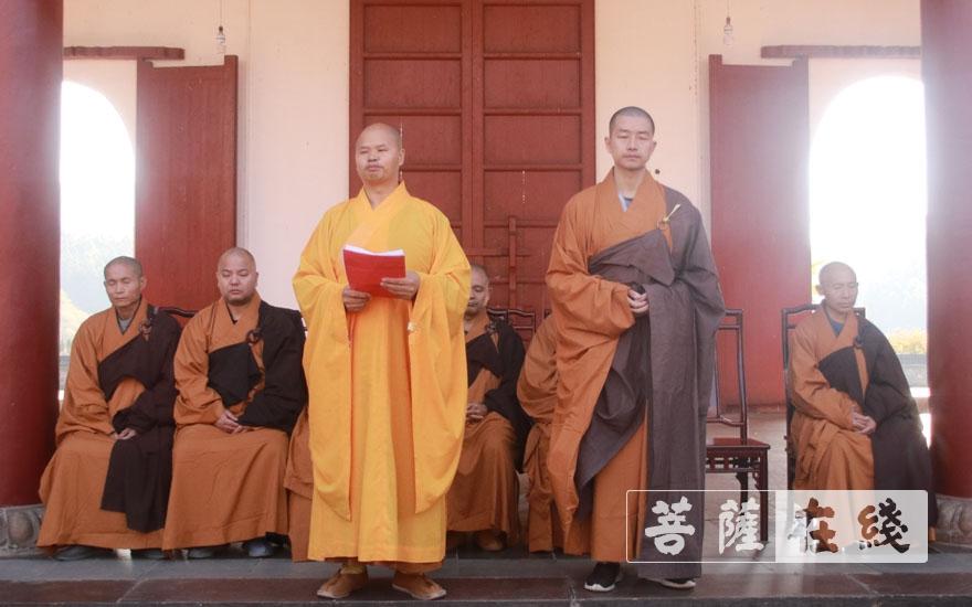 纯闻大和尚向新戒引见四师父昌观律师(图片来源:菩萨在线 摄影:王正强)