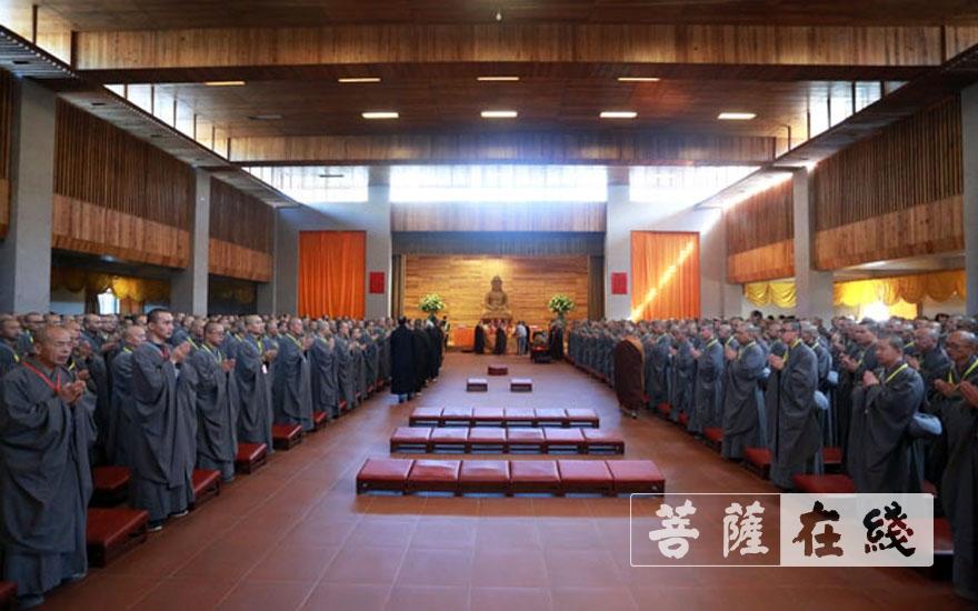 新戒们齐集戒堂(图片来源:菩萨在线 摄影:王正强)