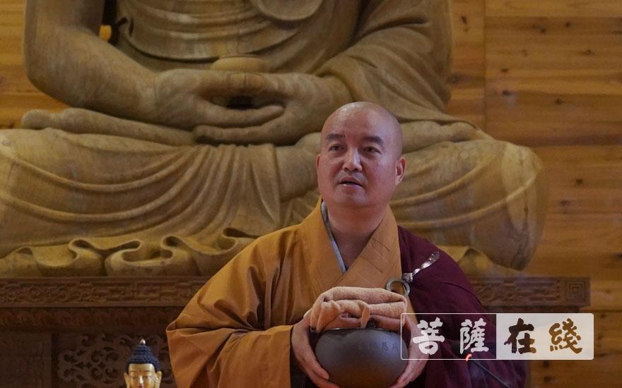 法德律师讲解钵具使用方法(图片来源:菩萨在线 摄影:张小蝶)