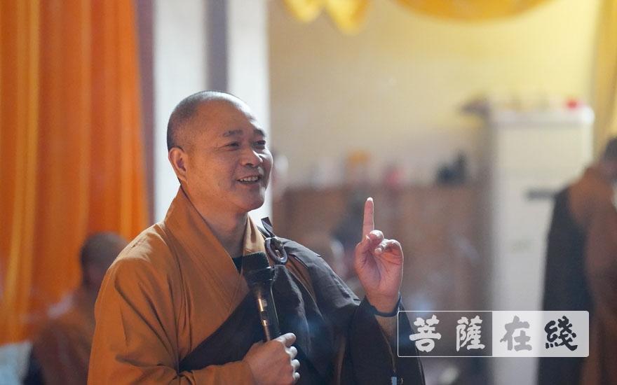 开堂大师父照荣律师演示用钵正确姿势(图片来源:菩萨在线 摄影:王正强)