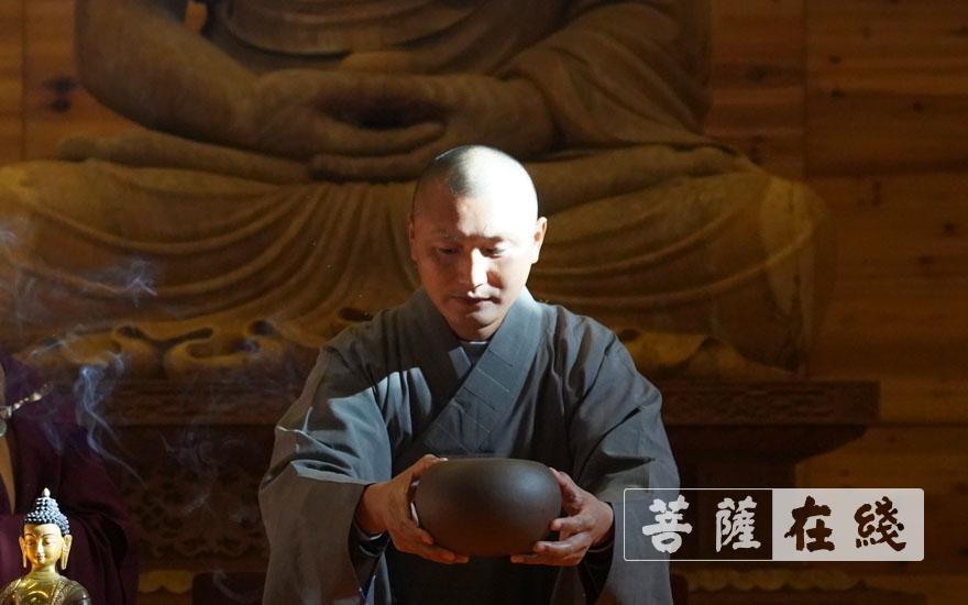 新戒上台演示瓦钵正确使用姿势(图片来源:菩萨在线 摄影:张小蝶)
