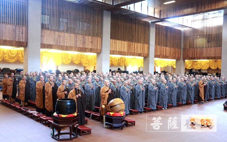 虔诚唱诵(图片来源:菩萨在线 摄影:王正强)