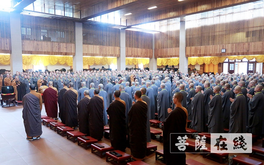新戒齐集戒堂(图片来源:菩萨在线 摄影:王正强)