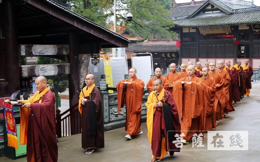 迎请仪式(图片来源:菩萨在线 摄影:李蕴雨)