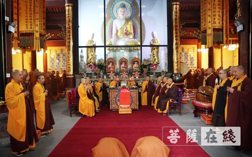 新戒拈香礼拜(图片来源:菩萨在线 摄影:李蕴雨)