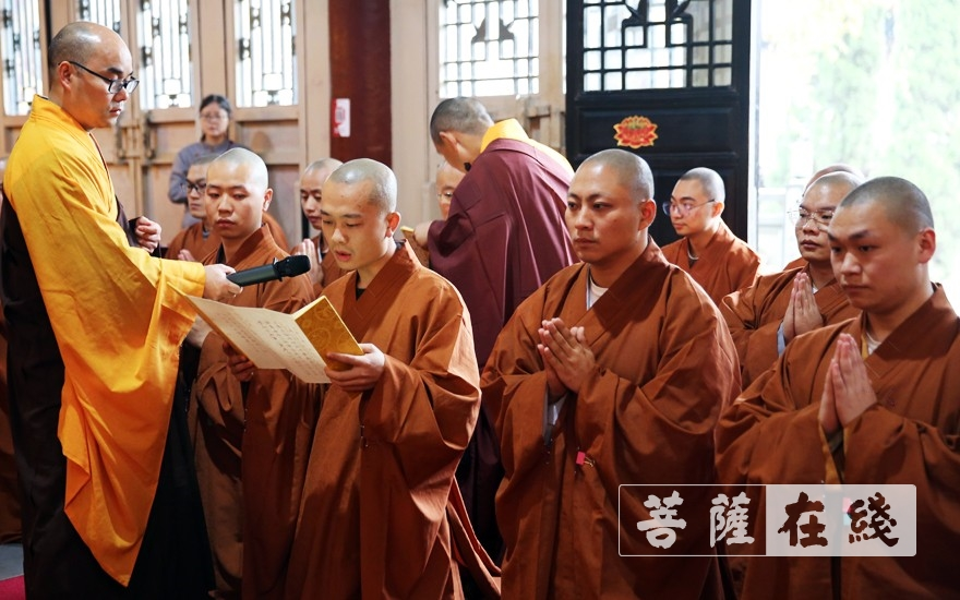 求戒代表长跪合掌,宣读请启(图片来源:菩萨在线 摄影:李蕴雨)