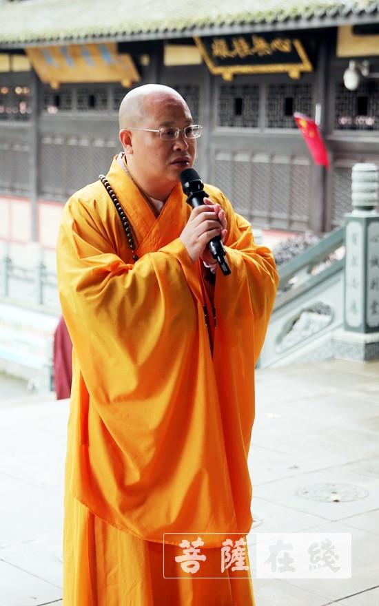 普正大和尚向引礼师道喜(图片来源:菩萨在线 摄影:李蕴雨)
