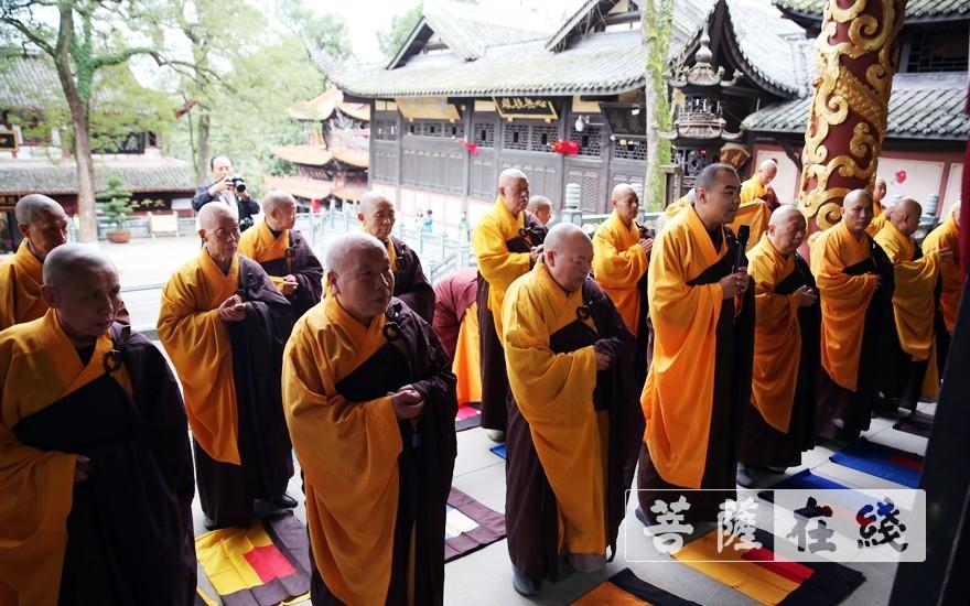 寺院各大班首执事及两序大众随后向引礼师道喜(图片来源:菩萨在线 摄影:李蕴雨)