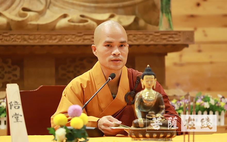 合律律师为新戒讲沙弥律仪(图片来源:菩萨在线 摄影:李金洋)