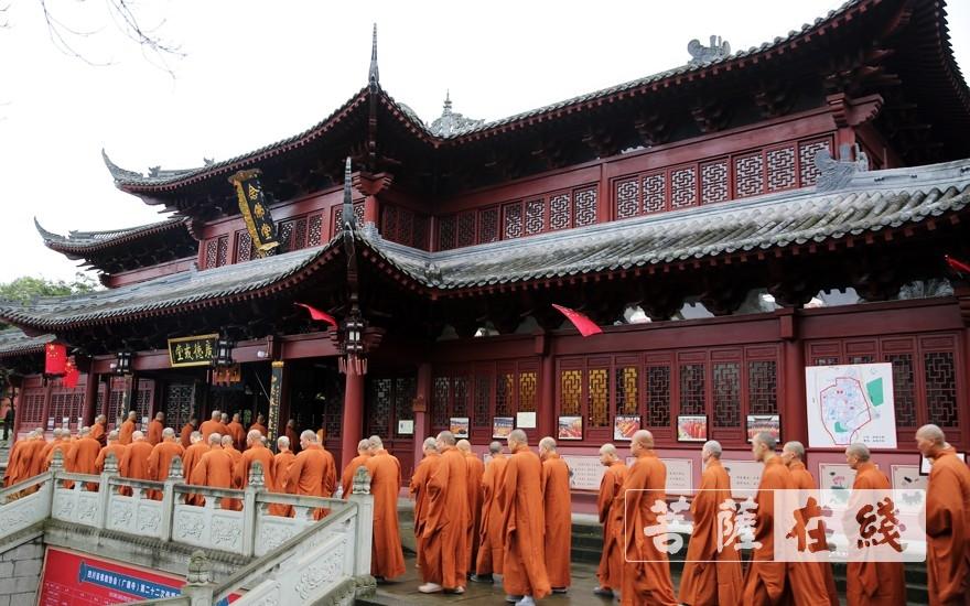 前往戒堂(图片来源:菩萨在线 摄影:李蕴雨)