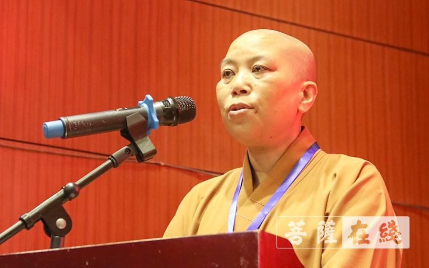 信弘法师宣读《闵行区佛教协会章程》(图片来源:菩萨在线 摄影:唐雪凤)