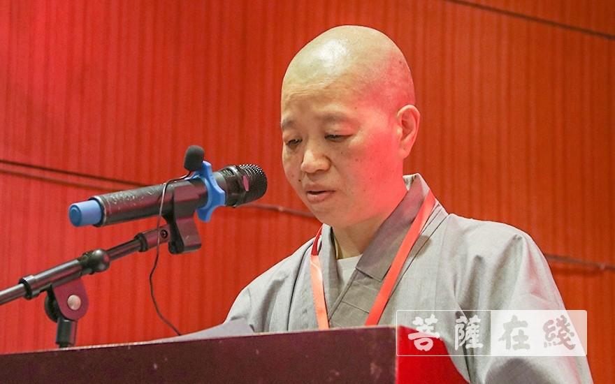 界超法师宣读闵行区佛教协会新一届领导班子名单(图片来源:菩萨在线 摄影:唐雪凤)