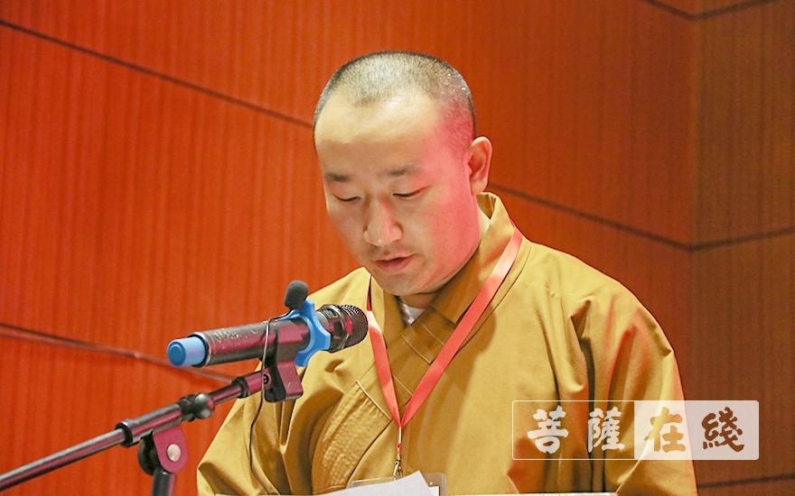 妙安法师宣读《大会决议》(草案)(图片来源:菩萨在线 摄影:唐雪凤)