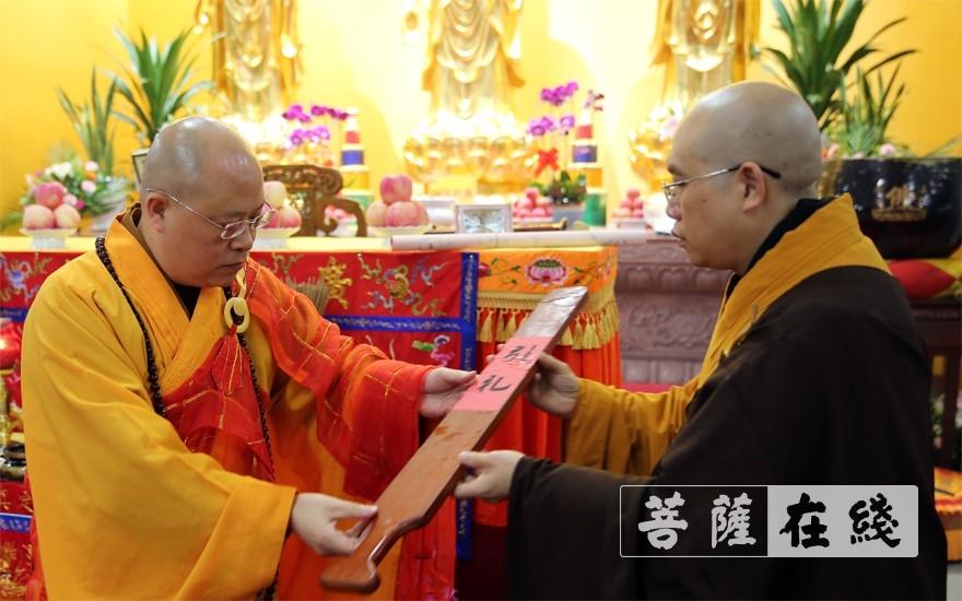 普正大和尚为开堂大师父授香板(图片来源:菩萨在线 摄影:李蕴雨)