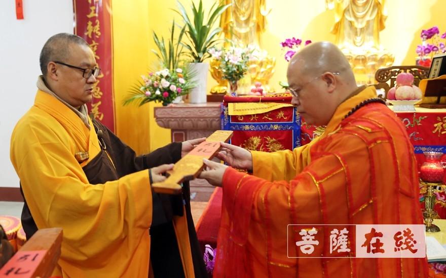 普正大和尚为陪堂二师父授香板(图片来源:菩萨在线 摄影:李蕴雨)