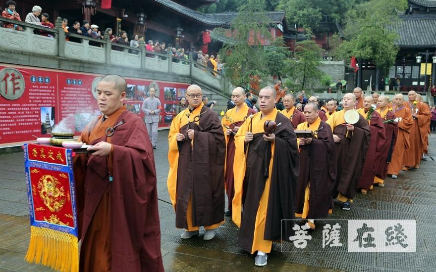 前往化僧窑(图片来源:菩萨在线 摄影:李蕴雨)