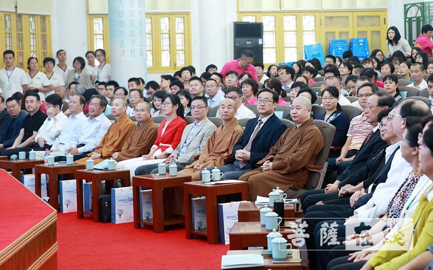 出席论坛开幕式的领导、嘉宾(图片来源:菩萨在线 摄影:唐林雪)