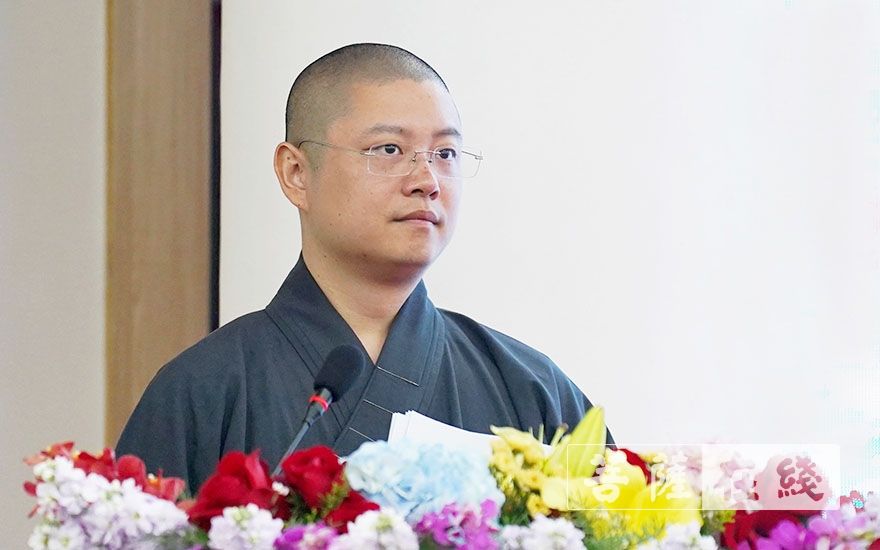 弘来法师主持论坛开幕式(图片来源:菩萨在线 摄影:唐林雪)