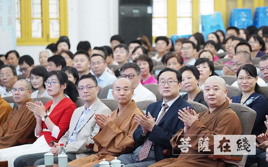 领导、嘉宾对论坛开幕表示祝贺(图片来源:菩萨在线 摄影:唐林雪)