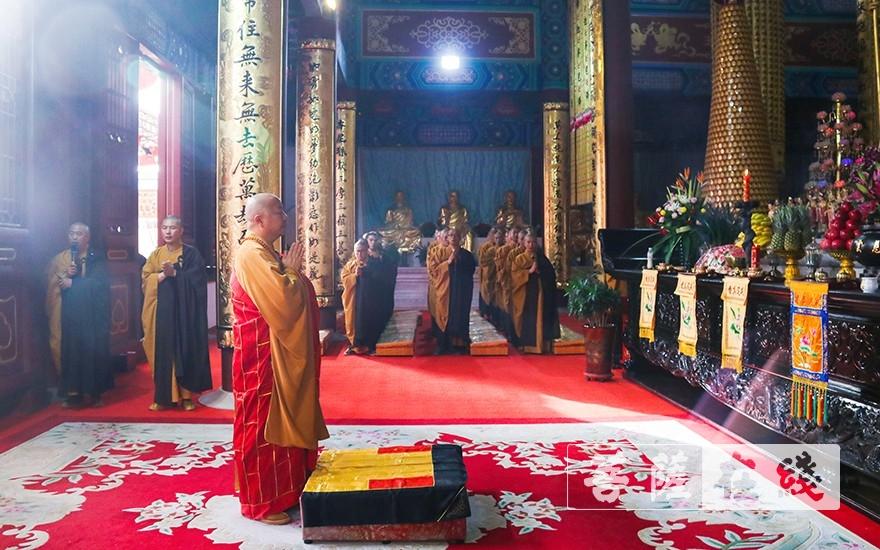 慈云讲寺方丈了善大和尚主法(图片来源:菩萨在线 摄影:唐雪凤)