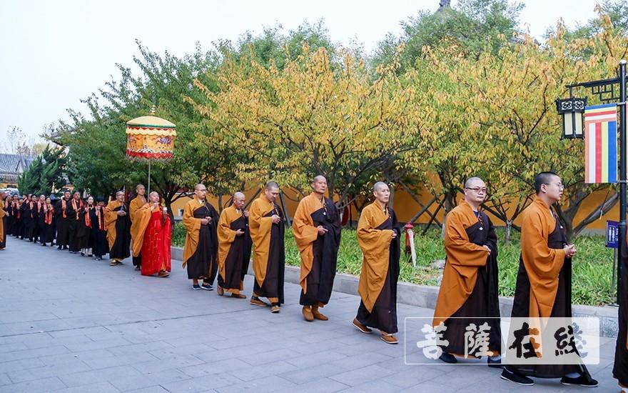 洒净仪式(图片来源:菩萨在线 摄影:唐雪凤)