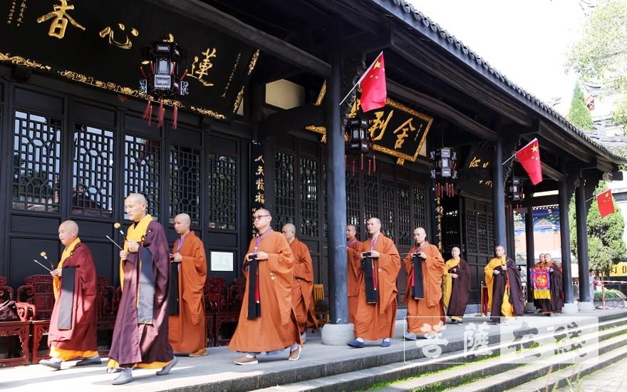 迎请教授阿阇黎智海大和尚至戒堂(图片来源:菩萨在线 摄影:李蕴雨)
