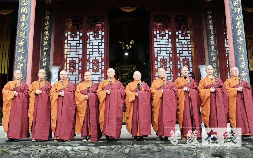 十位引礼师(图片来源:菩萨在线 摄影:李蕴雨)