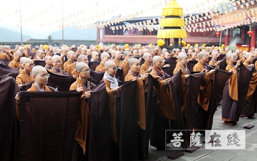 学习穿袍搭衣(图片来源:菩萨在线 摄影:李蕴雨)