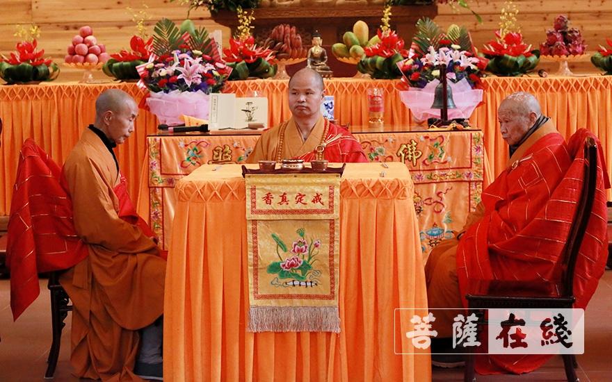 三师端坐(图片来源:菩萨在线 摄影:李金洋)
