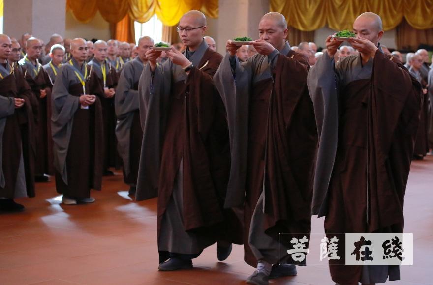 以虔敬之心供养十师(图片来源:菩萨在线 摄影:李金洋)
