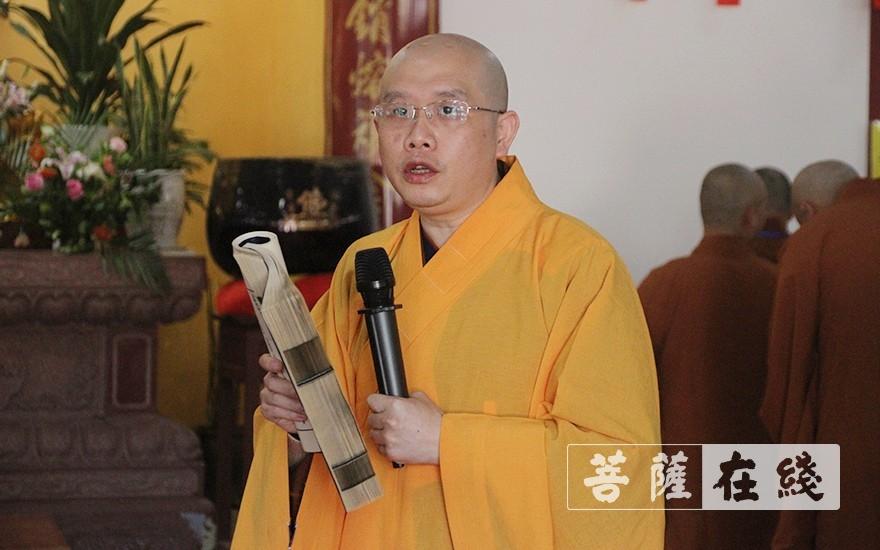 开堂大师父智果法师带领新戒作班口演习(图片来源:菩萨在线 摄影:王颖)
