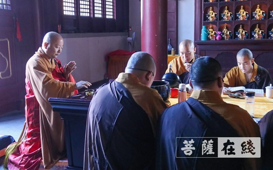 了善大和尚于法华坛拈香(图片来源:菩萨在线 摄影:唐雪凤)