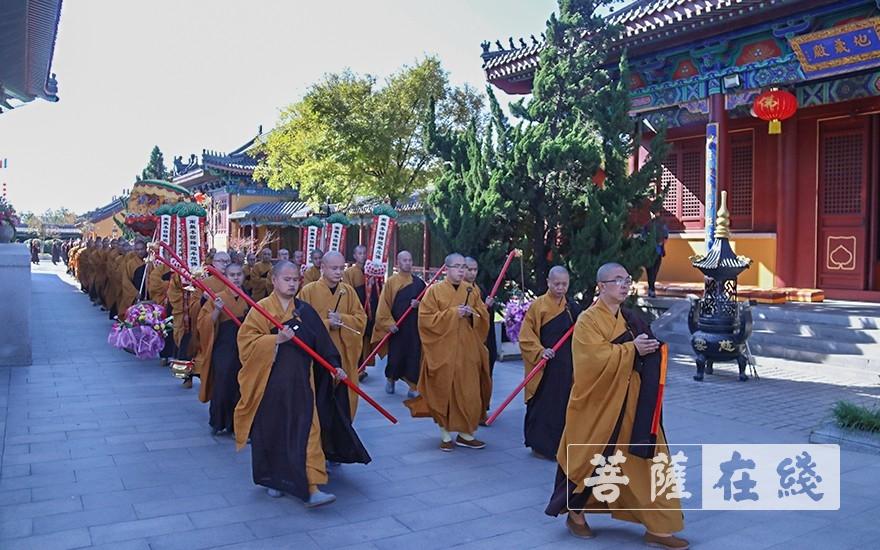 迎请仪式(图片来源:菩萨在线 摄影:唐雪凤)