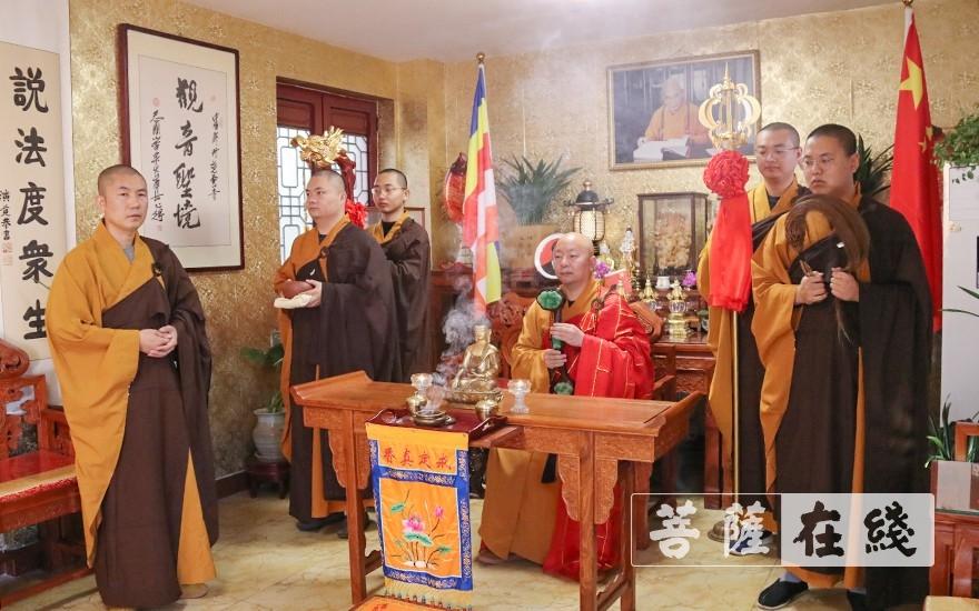 四众弟子迎请了善大和尚移步至大雄宝殿上堂说法(图片来源:菩萨在线 摄影:唐雪凤)