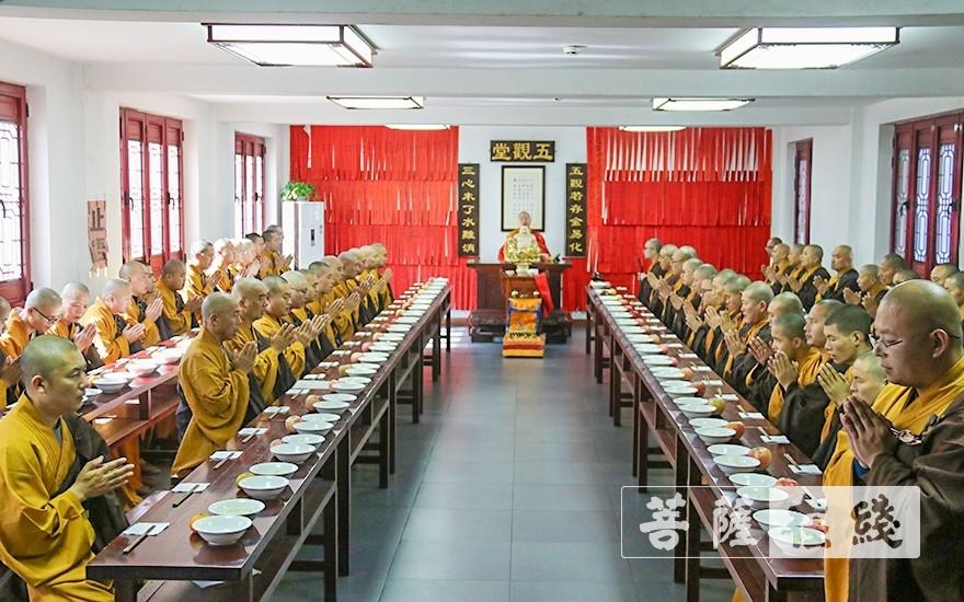 过堂(图片来源:菩萨在线 摄影:唐雪凤)