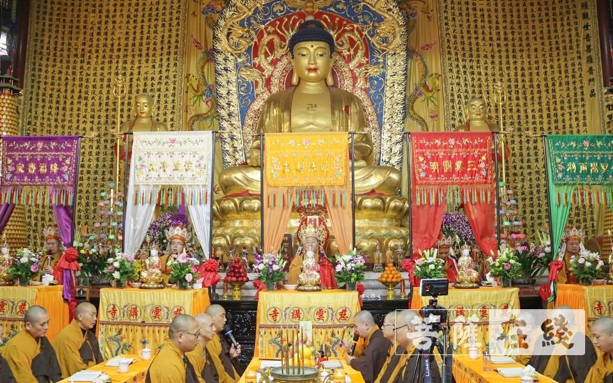 五位金刚上师登临宝座(图片来源:菩萨在线 摄影:唐雪凤)