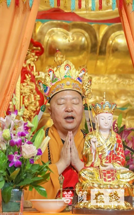 虔心礼诵(图片来源:菩萨在线 摄影:唐雪凤)