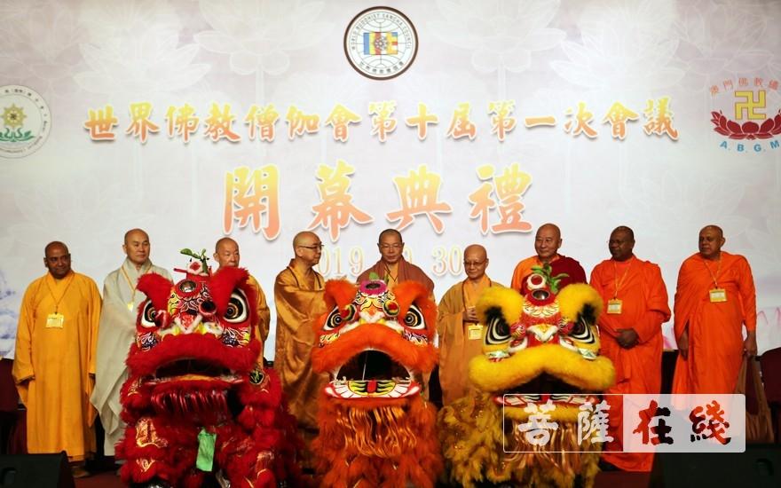 舞狮合影(图片来源:菩萨在线 摄影:李蕴雨)