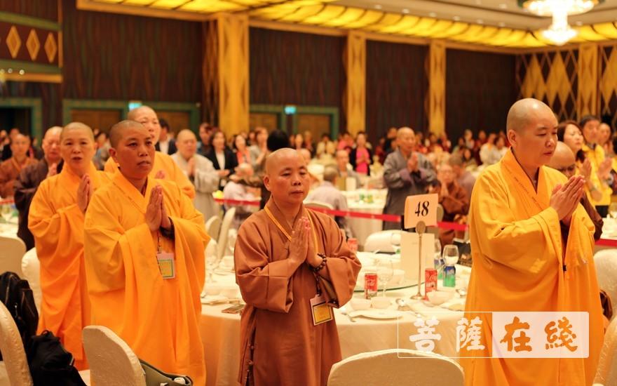 唱三宝歌(图片来源:菩萨在线 摄影:李蕴雨)