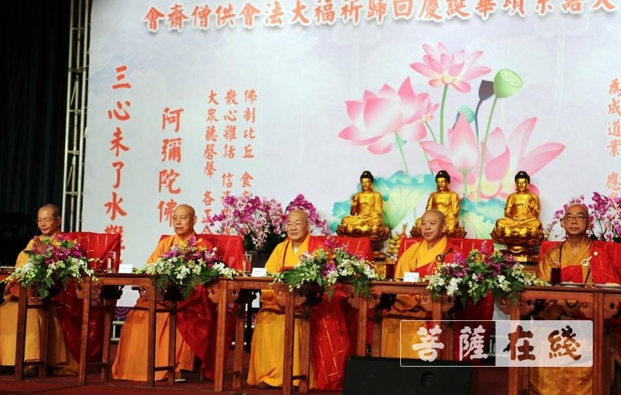供僧法会(图片来源:菩萨在线 摄影:李蕴雨)