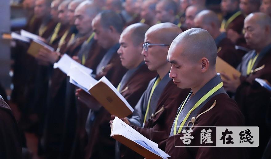 恭聆法教(图片来源:菩萨在线 摄影:张妙)