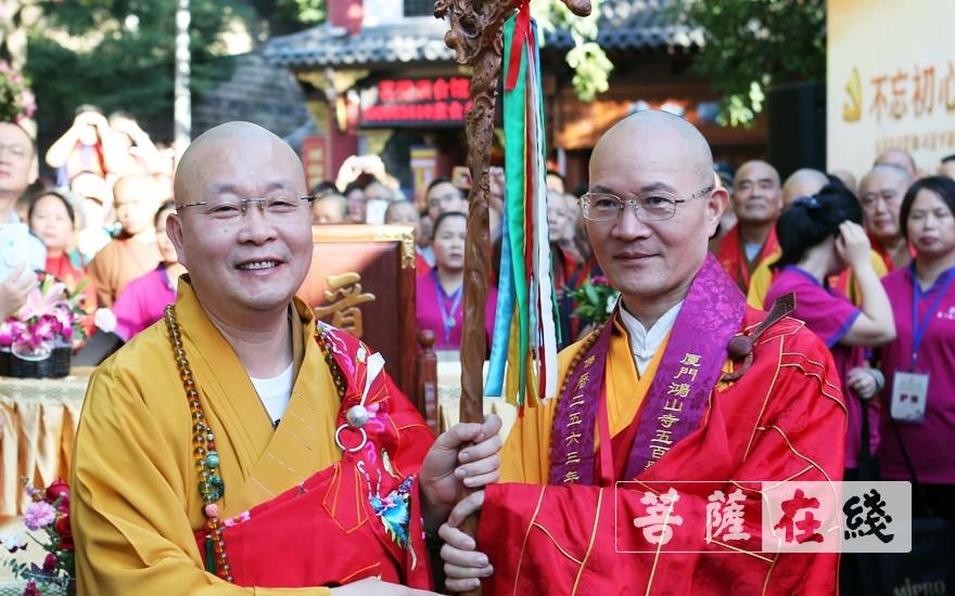 本性大和尚送柱杖(图片来源:菩萨在线 摄影:李蕴雨)