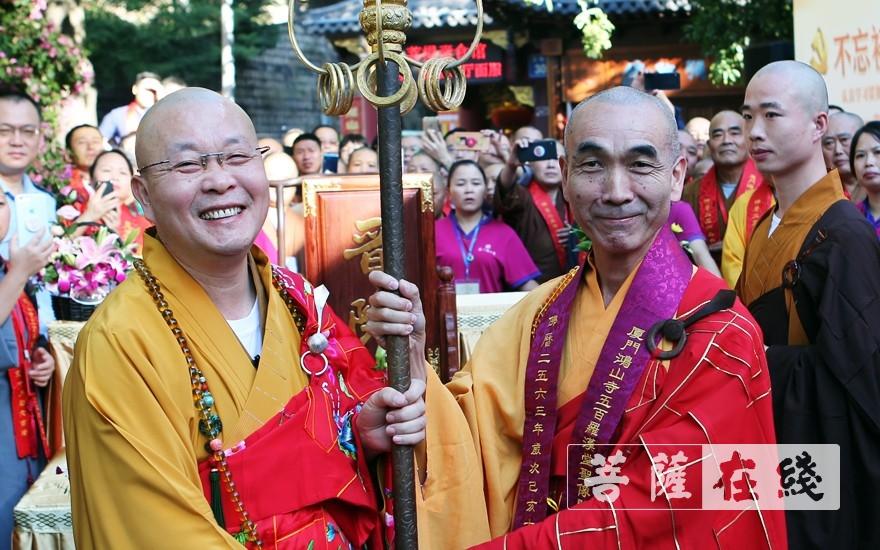 向愿大和尚送锡杖(图片来源:菩萨在线 摄影:李蕴雨)