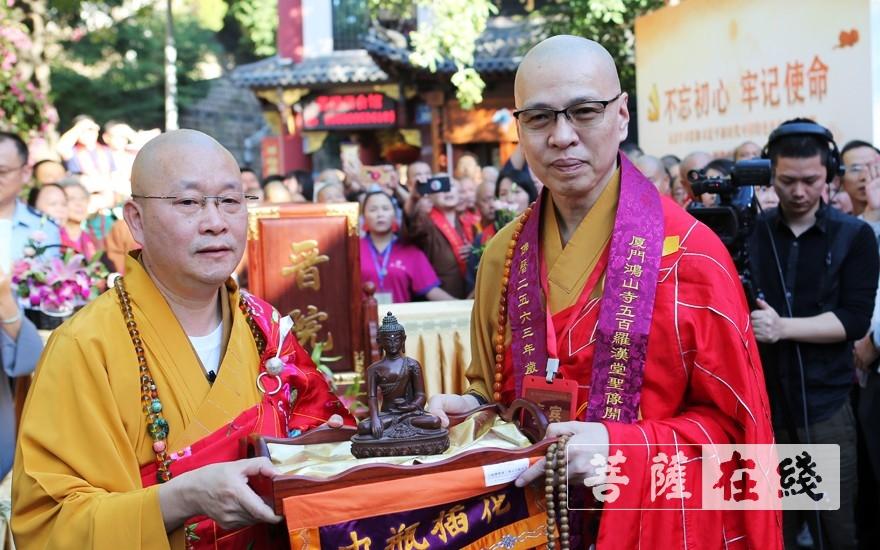 明义大和尚送佛像(图片来源:菩萨在线 摄影:李蕴雨)