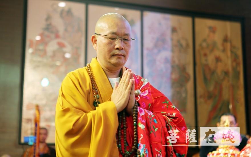 祝祷(图片来源:菩萨在线 摄影:李蕴雨)