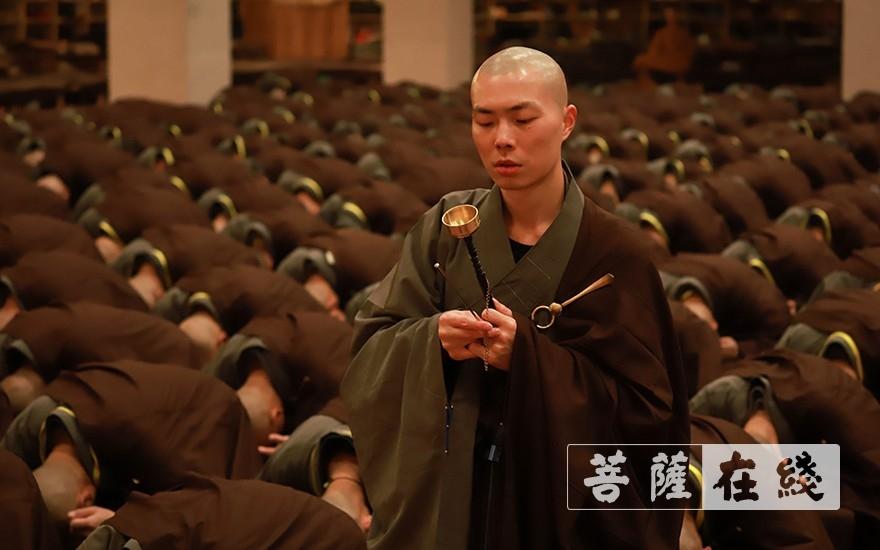 禮佛懺悔,清凈身心(圖片來源:菩薩在線 攝影:張妙)