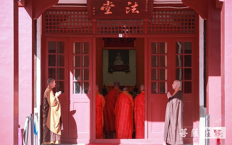 迎请十师至戒坛(图片来源:菩萨在线 摄影:张妙)